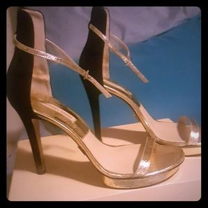 SOLD!!!! Michael Kors Beautiful gold heels 👠
